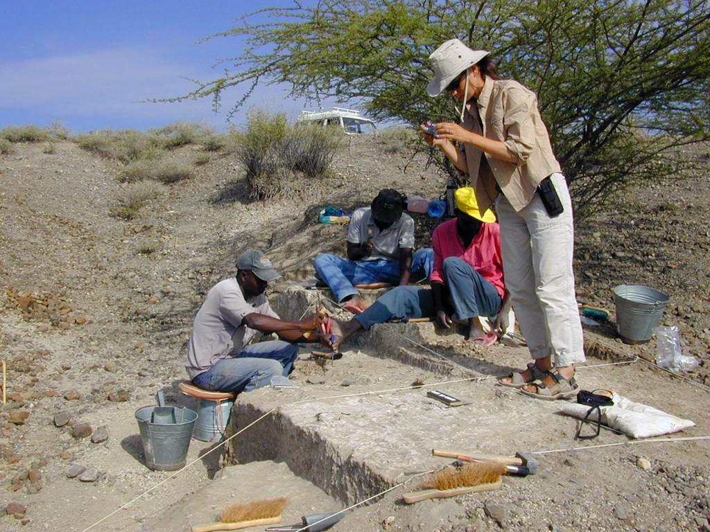 Prise de vue d'objets sur le terrain de fouille au Kenya © MPK/WTAP