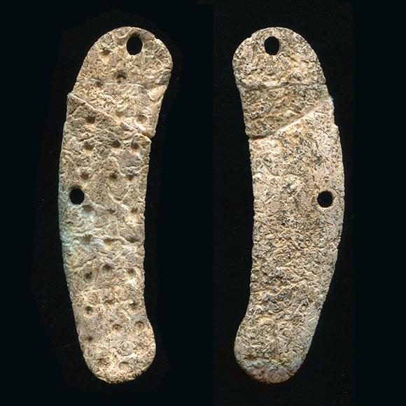 Vue recto et verso d'un objet en os